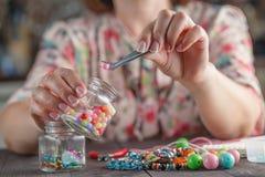 Женщина делая домашнее искусство ремесла Стоковое фото RF