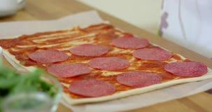 Женщина делая домодельную пиццу салями и гриба акции видеоматериалы