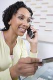 Женщина делая онлайн сделку Стоковые Фотографии RF