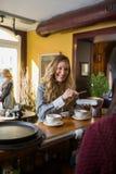 Женщина делая оплату через мобильный телефон на Стоковые Фотографии RF