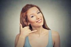 Женщина делая показывать вызывает меня знаком жеста с рукой Стоковое Изображение RF