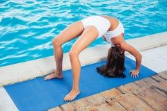 Женщина делая представление моста йоги outdoors Стоковые Изображения