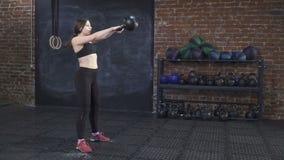 Женщина делая разминку креста подходящую акции видеоматериалы