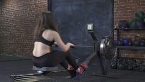Женщина делая разминку машины rowing сток-видео