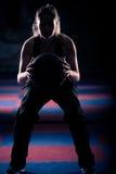 Женщина делая сидение на корточках с ее шариком медицины стоковая фотография rf