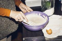 Женщина делая смесь блинчиков Стоковая Фотография