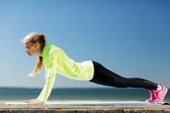 Женщина делая спорт outdoors Стоковое фото RF