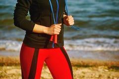 Женщина делая спорт outdoors Стоковые Изображения