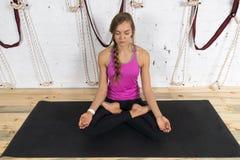Женщина делая тренировки в спортзале, представление йоги лотоса девушки фитнеса спорта сидя Стоковые Изображения RF