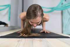 Женщина делая тренировки в спортзале, протягивать йоги тренировки девушки фитнеса спорта Стоковое Фото