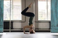 Женщина делая тренировки в спортзале, протягивать йоги тренировки девушки фитнеса спорта Стоковое Изображение RF