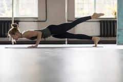 Женщина делая тренировки в спортзале, протягивать йоги тренировки девушки фитнеса спорта Стоковое Изображение