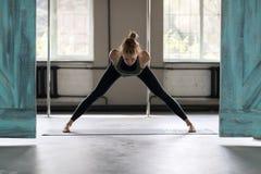 Женщина делая тренировки в спортзале, протягивать йоги тренировки девушки фитнеса спорта Стоковая Фотография RF