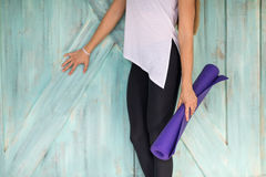 Женщина делая тренировки в спортзале, протягивать йоги тренировки девушки фитнеса спорта Стоковое фото RF