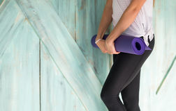Женщина делая тренировки в спортзале, протягивать йоги тренировки девушки фитнеса спорта Стоковые Фотографии RF