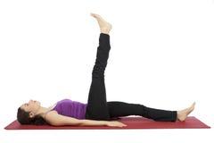 Женщина делая тренировки повышения ноги Стоковое Фото