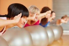 Женщина делая тренировку гимнастики Стоковое Изображение