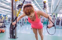Женщина делая тренировку подвеса с фитнесом Стоковая Фотография RF