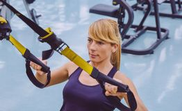 Женщина делая тренировку подвеса с фитнесом Стоковая Фотография