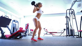Женщина делая тренировку с штангой в спортзале сток-видео