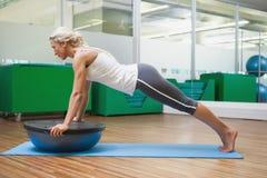Женщина делая тренировку фитнеса в студии фитнеса Стоковое Изображение