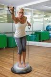 Женщина делая тренировку фитнеса в студии фитнеса Стоковые Фотографии RF