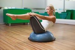 Женщина делая тренировку фитнеса в студии фитнеса Стоковые Изображения RF