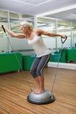 Женщина делая тренировку фитнеса в студии фитнеса Стоковое Фото