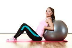 Женщина делая тренировку фитнеса с шариком пригонки стоковое фото