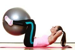 Женщина делая тренировку фитнеса с шариком пригонки стоковые фото