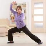 Женщина делая тренировку хиа tai гонга Ци Стоковое Изображение RF
