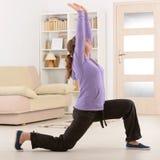 Женщина делая тренировку хиа tai гонга Ци Стоковые Изображения