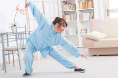 Женщина делая тренировку хиа tai гонга Ци Стоковое фото RF