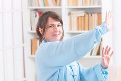 Женщина делая тренировку хиа tai гонга Ци Стоковая Фотография RF