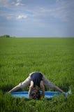 Женщина делая тренировку для поперечного шпагата Стоковое фото RF