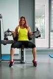Женщина делая тренировку для трицепса Стоковое фото RF