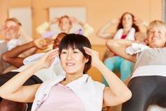 Женщина делая тренировку pilates во время класса Стоковое Изображение RF