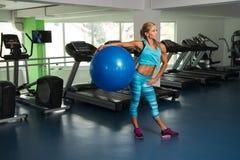 Женщина делая тяжеловесную тренировку на шарике Стоковая Фотография RF