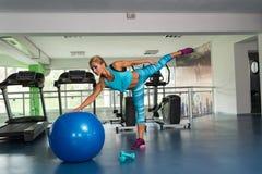 Женщина делая тяжеловесную тренировку на шарике Стоковые Изображения RF