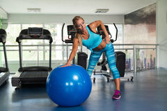 Женщина делая тяжеловесную тренировку на шарике Стоковое Изображение RF