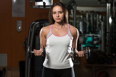 Женщина делая тяжеловесную тренировку для бицепса Стоковая Фотография