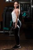 Женщина делая тяжеловесную тренировку для бицепса Стоковые Изображения RF