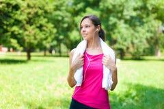 Женщина делая фитнес в парке стоковая фотография