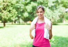 Женщина делая фитнес в парке стоковые изображения rf