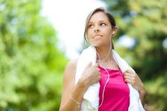 Женщина делая фитнес на парке стоковые фотографии rf