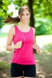 Женщина делая фитнес на парке стоковая фотография