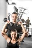 Женщина делая фитнес с личной помощью тренера Стоковая Фотография