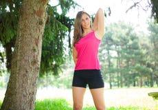 Женщина делая фитнес outdoors стоковое изображение rf