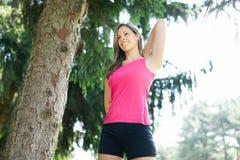 Женщина делая фитнес outdoors стоковое изображение