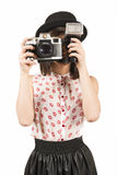 Женщина делая фото с винтажной камерой фильма Стоковые Фото